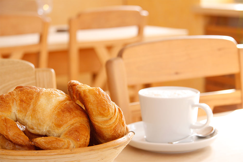 Butter-Croissant mit Cappuccino